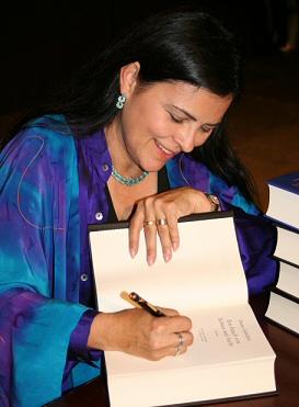 Diana Gabaldon signiert ein Buch